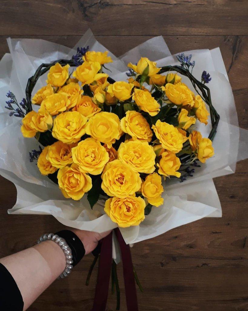 приезжала красивый букет из желтых роз шатер, внутри него